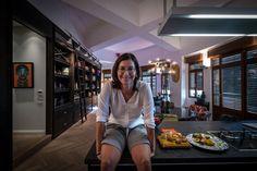 """קארן אוברזון בביתה. """"כשהתחלנו לעבוד על עיצוב הבית, היה ברור שזה בית שלנו. כלומר, זה לא בית שמישהו עיצב לי בהזמנה, או שהוא מעוצב בשביל אורחים או מגזינים"""" (צילום: איתי סיקולסקי)"""