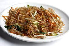 Gli spaghetti di soia con verdure sono un piatto tipico della cucina orientale, cinese, giapponese e coreana. Di colore lucido e trasparente richiedono una cottura rapida e possono essere sostituiti con gli spaghetti di riso.