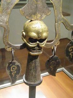 Trident (triçûla, rTse-gsum)  17e siècle (?)  Argenté, dorures, fer, martelage  Section Tibet du musée Guimet