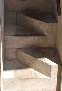 ITALY_-_scala_sfalsata_Castelvecchio_-_Carlo_Scarpa_-_stair_with_staggered_steps