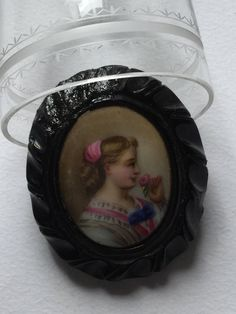 Victorian black jet and hand painted porcelain jung girl portrait brooche, mourning jewels di Quieora su Etsy
