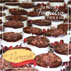 Mini Francês: Creme de baunilha intercalado com biscoito tipo Maria, cobertura de chocolate e rolinhos de chocolate ao leite e chocolate branco. #DiNorma #love #mini #Deserts