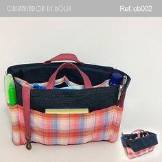. Organizador  Descrição:  6 bolsos internas. 7 bolsos externos, sendo 1 com fechamento através de botão imantado e 2 espaços para…
