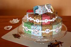 Na 12 vzorovaných farebných papierov vytlačíme/prekopírujeme väčší diel torty na spodné poschodie. Môžeme použiť aj jednofarebné papiere a ozdobiť hotové časti podľa fantázie. Postup nájdete na Artmama.sk