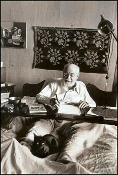 Henri Matisse in Bed Working, His Black Cat at His Feet, Nice, France , August 1949 photo by Robert Capa Henri Matisse, Famous Artists, Great Artists, Illustrator, Cat People, French Artists, Art Studios, Artist At Work, Cool Cats