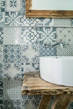 vasque salle de bain carreau bleu miroir avec cadre naturel