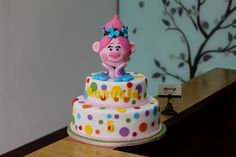 Celebrando el cumpleaños de Manuela con Poppy en esta torta de los Trolls | #TortaInfantil  Pedidos: 3006080239  #mocka #pasteleria #pasteleriasbogota #bakery #cakeshop #cake #ponque #torta #pastel #ponquedecorado #tortadecorada #birthday #cumpleaños #ponqueinfantil #artenazucar #tortacumpleaños #cakeoftheday  #pasteleriaartesanal #bogota #fondant #fondantcake #cakesbogota #trolls #poppy #branch #customcakes #trollscake
