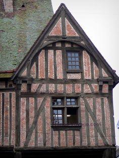 Nogent-le-Roi : Façade d'une maison à pans de bois