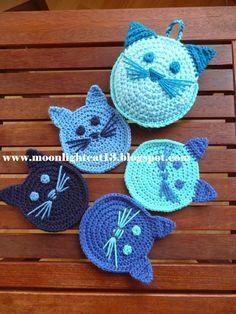 Yine kedi ille de kedi:))) Bu sefer kedili bardak altlıkları ve kedili koruma kılıfı ördüm. emeksensin ve Chat Crochet, Crochet Art, Love Crochet, Crochet Motif, Crochet Crafts, Crochet Flowers, Crochet Stitches, Crochet Projects, Crochet Applique Patterns Free