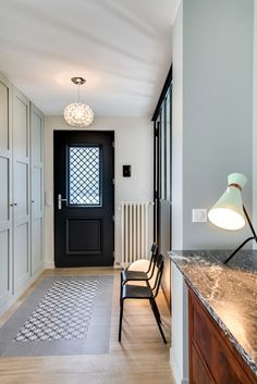 Parquet and cement tiles 2020 - Hallway Ideas Style At Home, Casa Santa Rita, Interior Design Living Room, Interior Decorating, Design Scandinavian, Small Space Interior Design, Entry Hallway, Entrance Hall, Patterned Carpet