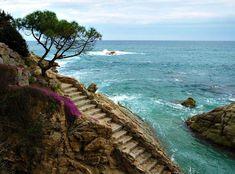 Chemin de ronde à Platja d'Aro Si la Costa Brava présente un littoral très rocheux, souvent peu propice à de longues promenades à même la…