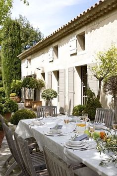 Al Fresco! French country life in Provence Outdoor Rooms, Outdoor Dining, Outdoor Decor, French Country House, French Farmhouse, Country Life, Country Patio, Country Farmhouse, Country Living
