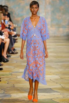 I hate Tory burch but I can get down with this dress. Tory Burch Spring 2016 Ready-to-Wear Collection Fashion Moda, Look Fashion, Runway Fashion, Fashion Show, Fashion Blogs, Fashion 2016, Fashion Weeks, Trendy Fashion, High Fashion