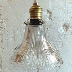 Lampe suspension luminaire abat jour ancien en verre moulé... http://www.lanouvelleraffinerie.com/plafonniers-suspensions-lustres/1129-lampe-suspension-luminaire-abat-jour-ancien-en-verre-moule.html