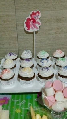 Cupcakes de chocolate... quedaron deliciosos y el gliter comestible los hizo fantasticos