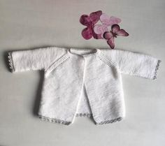 This tricot jersey is a very simple task for those who want to start with fine wool for baby,it's simple and easy, all you need is to have a little patience Knit Baby Sweaters, Knitted Baby Clothes, Boys Sweaters, Baby Knitting Patterns, Arm Knitting, Knitting Ideas, Crochet Baby, Knit Crochet, Baby Barn