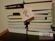 Uma das minhas pilhas de livro aguardando leitura. Como você escolhe o próximo livro?