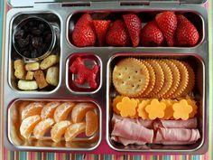 Fresas, cutones, pasas, mandarina, crackers, rollos de jamón, queso amarillo cortado.