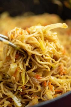 Ramen noodles and cabbage stir fry with sweet chili sauce - easy fun dinner to try! Ramen noodles and cabbage stir fry with sweet chili sauce - easy fun dinner to try! Veggie Dishes, Pasta Dishes, Vegetable Recipes, Vegetarian Recipes, Wok Sauce, Sauce Chili, Stir Fry Recipes, Sauce Recipes, Cooking Recipes