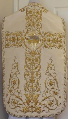 http://www.luzarvestments.co.uk/index_pages/5908b%20White%20Roman%20Vestment.jpg