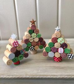 11 Christmas Wine Cork Crafts Are DIYs You Don't Wanna Miss! From decor to gift labels, who knew cork screws were so useful?These 11 Christmas Wine Cork Crafts Are DIYs You Don't Wanna Miss! From decor to gift labels, who knew cork screws were so useful? Small Christmas Trees, Christmas Wine, Christmas Crafts For Kids, Diy Christmas Ornaments, Holiday Crafts, Christmas Ideas, Spring Crafts, Crafts For The Home, Christmas Decorations Diy Crafts