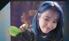 IU receive a flower from her crush and she smile happily Foto Jungkook, Her Smile, Korean Girl, Opera, Wallpaper, Celebrities, Tips, Flowers, Beautiful