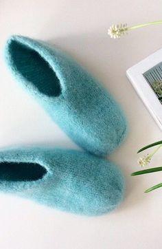 Ny variant av tovede tøfler – disse blir du glad i! Crochet Socks, Knitted Slippers, Knit Or Crochet, Knitting Socks, Textiles, Knitting Patterns, Diy And Crafts, Sewing, Pom Poms