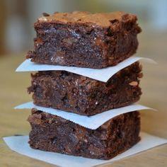 Irresistibili quadratini di cioccolato e nocciole, i brownies sono dolcetti tipicamente americani ed anglosassoni.
