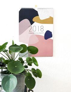 Familienkalender 2018 Genügend Platz für alle deine Termine bietet der Kreativkollaps Wandkalender für 2018. In fünf Spalten hast du alle Termine deiner Familienmitglieder, Geburtstage oder andere schöne (oder eher unspektakuläre) Termine immer schön im Überblick! Der Kalender kommt im stylischen Kreativkollaps Terrazzo Design und das nicht nur auf der Vorderseite - auch die Rückseiten sind bedruckt! Terrazzo, Good Mood, Calendar, Poster, My Favorite Things, Wallpapers, Design, Inspiration, Calendar 2018