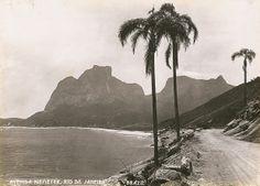 """Avenida Niemeyer. Rio de Janeiro, Brasil. Expo """"Sebastianópolis - Fotografias do Rio de Janeiro, 1900-1930""""."""