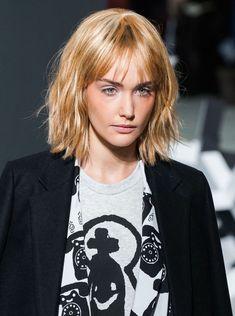 afficher une coiffure hyper tendance avec un carré ondulé à frange effilée aérienne