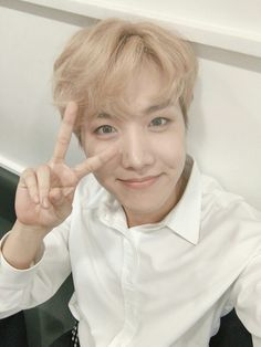 J-Hope ❤ [BTS Trans Weibo] 希望欧巴坐等演唱会和新专辑发行~~ 过得好吗? / Hope oppa is waiting for the concert and the new album realease~~ how are you doing? (Me: Oh I've been well.. just up every night waiting till 12.. is the MV teaser being released tonight? I repeat.. IS THE MV TEASER BEING RELEASED TONIGHT!!! BTW Hobi is perfect and it's his birthday soon. OK goodbye) #BTS #방탄소년단