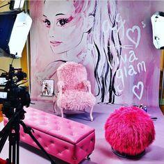 @agmyeverything Ariana is taking over mac cosmetics snapchat tomorrow