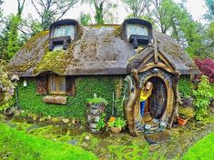 "voiceofnature: ""Whimsical hobbit house built by Stuart Grant. Located near Tomich, Scotland, he constructed his own real-life Hobbit house with a magical-looking outside and impressive interior. Earthship, Storybook Homes, Storybook Cottage, Hobbit Hole, The Hobbit, Fairy Houses, Play Houses, Casa Dos Hobbits, Fairytale Cottage"