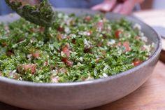 Hoeveel peterselie gaat er in een klassieke taboulé? En hoe maak je de perfecte dressing voor deze onweerstaanbare kruidensalade? Met onze tips natuurlijk! Tzatziki, Falafel, Barbecue, Dressing, Tips, Bulgur, Tomatoes, Barbacoa, Barrel Smoker