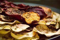 Χρησιμοποίησα πατάτες, γλυκοπατάτες λευκές και κόκκινες, παντζάρια και τα έκοψα πολύ λεπτά. Εσείς δοκιμάστε τα με τα λαχανικά που σας αρέσουν - ο συνδυασμός τους με το ζαατάρ θα σας ενθουσιάσει!