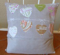 Housse de coussin en tissu, motifs guirlandes de coeurs, façon porte-feuilles : Textiles et tapis par alsace-gourmets