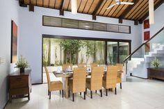 Un joli cadre et une belle table dans villa de luxe à Bali #villaBali #DiningRoom #luxuryRental