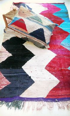 Vintage Moroccan Kilim - BOUCHEROUITE zigzag  Rag rug from Morocco called boucherouite made of recycled textiles by a berber woman. Each carpet Boucherouite Vintage is unique.  Materials: fabric scraps, unraveled threads, wool yarn Sice: 250 cm x 145 cm (+/-)  Good condition. Please, do not hesitate to contact us, if you have any questions or comments. We accept Paypal Payment, bank transfers are accepted from users from Spain. You can return the item, after the purchase. Shipping costs are…