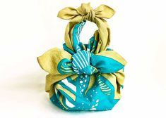 Furoshiki: How to Choose the Best Japanese Wrapping Cloth - Feast~ nourishing whole foods (plant based + dairy free) - Bento Ideas Gift Wrapping Clothes, Japanese Knot Bag, Japanese Style, Types Of Knots, Furoshiki Wrapping, Japanese Wrapping, Japanese Textiles, Gift Packaging, Fabric Scraps