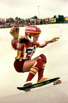 Ellen Oneal, one of the greatest women's freestyle skaters to ever live. Old School Skateboards, Vintage Skateboards, Human Poses Reference, Skate Girl, Skateboard Girl, Great Women, Surf Girls, Lady, Skateboarding