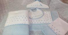 Estos son algunos complementos para agregar a la canastilla de bebé.   Es un juego de cuna, una toalla de baño, un babero y un bonito ...