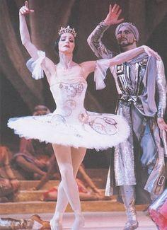 Natalia Bessmertnova (Raymonda) and Gediminas Taranda (Abderakhman) in the ballet «Raymonda». Music by Alexander Glazunov. Choreographed by Marius Petipa. Version by Yury Grigorovich. Bolshoi Theatre. 1980 г.