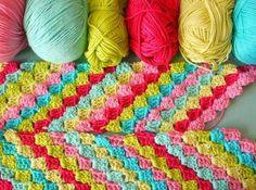 Inspiration: Diagonal granny motifs in a scarf based on the Sarah London HIP TO HOOK pattern. Tutorial on how to execute the diagonal granny...