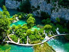 Parque Nacional Plitvice (Croacia): La región donde se encuentra esta zona protegida es ideal para el montañismo y el trekking. Destacan sus lagunas a desnivel que forman espectaculares cascadas y riachuelos | Foto: chrystal-clear.com
