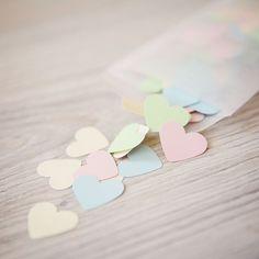 Confetti hartjes in pastel kleuren: roze, geel, groen, lichtblauw en ivoor
