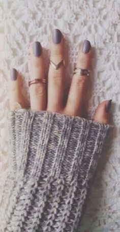 Thick sweaters, neutral nails and stacked rings. The perfect combination for winter.