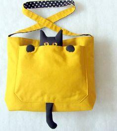 """Demais a bolsinha com o gato dentro do bolso. Super """"cute"""". Para ver mais imagens e medidas da bolsinha clique AQUI"""