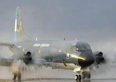 Lockheed Orion P-3B 0870/6-P-54 de la Escuadrilla Aeronaval de Exploración regresa de una patrulla marítima y antes de llegar al hangar recibe un baño de agua para quitar la sal acumulada por el vuelo sobre el mar. Base Aeronaval Almirante Zar. Foto crédito a quien corresponde. 2016, Año del Centenario de la Aviación Naval Argentina.