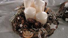 Smetanový advent Menší adventní svícen na dřevě. Netradiční, ale zajímavé a elegantní pojetí. Hodí se na menší stůl, nebo třeba do kanceláře. Krásné, metalické, smetanové svíčky. Travanlivá dekorace, svíčky můžete libovolně měnit. Velikost cca 20cm. Christmas Wreaths, Christmas Crafts, Christmas Decorations, Advent, Pillar Candles, Homemade, Home Made, Christmas Decor, Candles
